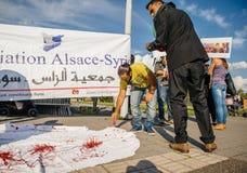 La gente che denuncia gli attacchi aerei siriani sulla duma Fotografie Stock Libere da Diritti