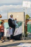 La gente che denuncia gli attacchi aerei siriani sulla duma Immagine Stock Libera da Diritti