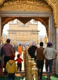 La gente che entra in tempiale dorato, Amritsar Fotografia Stock Libera da Diritti