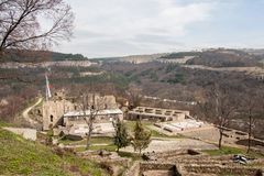 La gente che erige una bandiera bulgara alla fortezza di Tsarevets, Veliko Tarnovo, Bulgaria Fotografia Stock