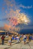 La gente che esamina i fuochi d'artificio Fotografia Stock