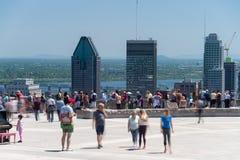 La gente che esamina l'orizzonte di Montreal dall'allerta di Mont Royal Fotografie Stock Libere da Diritti