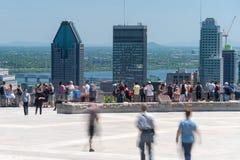 La gente che esamina l'orizzonte di Montreal dall'allerta di Mont Royal Immagini Stock