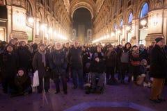 La gente che esamina lo schermo che trasmette per radio prima del La traviata di Verdi a Milano, Italia Fotografia Stock Libera da Diritti