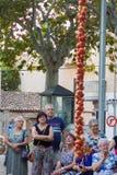 """La gente che esamina un mazzo d'attaccatura di pomodori durante la fiera di notte """"di Ramellet """"del pomodoro in Maria de la Salut fotografia stock libera da diritti"""