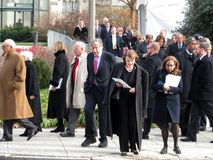 La gente che esce la cattedrale nazionale in Washington DC fotografie stock