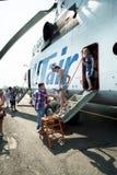 La gente che esplora l'elicottero di MI-26T Immagini Stock Libere da Diritti