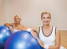La gente che fa esercitazione di forma fisica Fotografia Stock