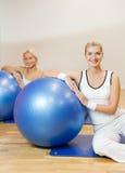 La gente che fa esercitazione di forma fisica Immagine Stock