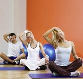 La gente che fa esercitazione di yoga Fotografie Stock