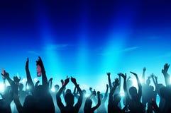 La gente che fa festa alla notte dalla spiaggia Fotografia Stock