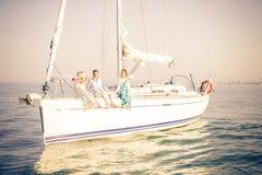 La gente che fa festa sulla barca Fotografia Stock