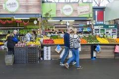 La gente che fa spesa di drogheria in un mercato a Melbourne Immagine Stock