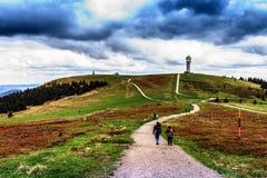 La gente che fa un'escursione alla montagna di Feldberg in primavera Immagine Stock