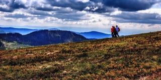 La gente che fa un'escursione alla montagna di Feldberg in primavera Immagine Stock Libera da Diritti