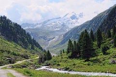 La gente che fa un'escursione attraverso il paesaggio alpino di Gerlostal come parte Fotografia Stock Libera da Diritti