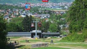 La gente che fa un'escursione il naer abbassa la stazione della cabina di funivia sulla montagna di Pohorje a Maribor, Slovenia d archivi video