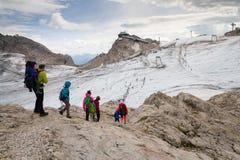 La gente che fa un'escursione intorno alla stazione della montagna di Dachstein Hunerkogel il 17 agosto 2017 a Ramsau Dachstein,  Fotografie Stock Libere da Diritti