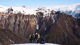 La gente che fa un'escursione in Islanda Fotografia Stock