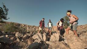 La gente che fa un'escursione nelle rocce e che ha rottura video d archivio
