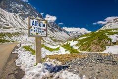 La gente che fa un'escursione sulla cima del distretto di Albula passa in alpi svizzere Immagine Stock Libera da Diritti