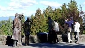 La gente che fa un giro turistico e che prende immagine alla regina Elizabeth Park archivi video