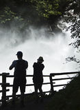 La gente che fotografa le cadute di Krimml, Austria Immagine Stock