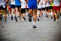 La gente che funziona nella maratona della città Fotografia Stock