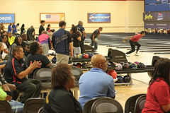 La gente che gioca bowling Immagini Stock