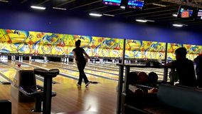 La gente che gioca bowling stock footage