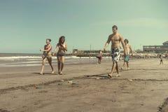 La gente che gioca i tejos nella spiaggia Immagini Stock