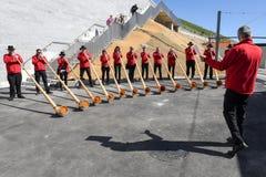 La gente che gioca il alphorn al supporto Generoso sulla Svizzera Immagini Stock