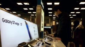 La gente che gioca il cellulare della nota 7 della galassia di Samsung archivi video