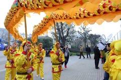 La gente che gioca il drago balla per celebrare i festival Fotografie Stock Libere da Diritti