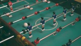 La gente che gioca il gioco di calcio-balilla stock footage