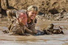 La gente che gioca insieme nel fango Fotografia Stock Libera da Diritti