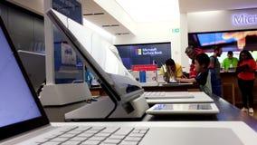 La gente che gioca nuovo computer al deposito di Microsoft video d archivio