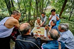 La gente che gioca scacchi cinesi Cina di Xiangqi Fotografia Stock Libera da Diritti