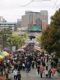 La gente che gode dei fiori di ciliegia nel Giappone Immagine Stock Libera da Diritti