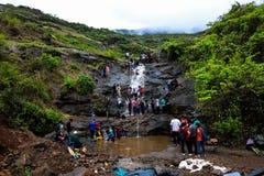 La gente che gode del bagno in cascata di Bhaje, strada del lohagad, Malavli immagini stock