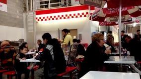 La gente che gode del pasto al self-service della corte di alimento stock footage