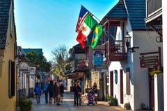 La gente che gode dell'esperienza coloniale in st George St in Città Vecchia alla costa storica 11 di Florida immagini stock