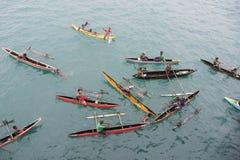 La gente che gode della pioggia in canoe sull'oceano Pacifico Fotografie Stock