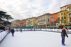 La gente che gode della pista di pattinaggio di pattinaggio su ghiaccio Fotografie Stock