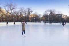 La gente che gode della pista di pattinaggio di pattinaggio su ghiaccio Fotografia Stock