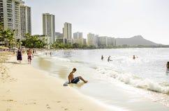 La gente che gode della spiaggia di Waikiki a dicembre Immagini Stock