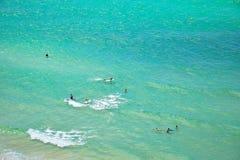 La gente che gode della spiaggia tropicale della chiara acqua Immagini Stock