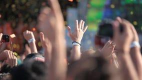 La gente che gode di un concerto rock video d archivio