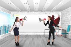 La gente che grida in megafoni Fotografie Stock