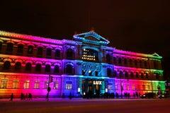 La gente che guarda Ateneum multicolore Art Museum al festival di Lux Helsinki Immagine Stock Libera da Diritti